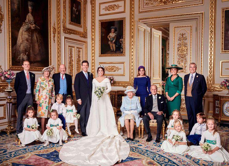 Una de las fotos oficiales. Aparecen los novios y al lado, sus respectivas familias. Junto a Jack se sitúan sus padres, George y Nicola, así como su hermano Thomas. Junto a Eugenia aparece su hermana Beatriz, sus abuelos, la reina Isabel y Felipe de Edimburgo, su madre y el príncipe Andrés.