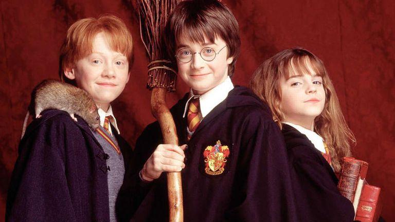 Rupert Grint como Ron Weasley; Daniel Radcliffe como Harry Potter y Emma Watson como Hermione Granger en el debut de Potter en el cine