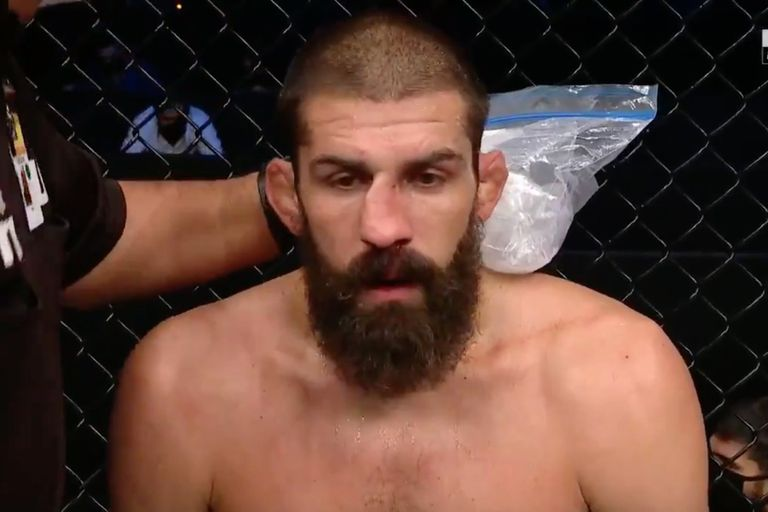 Peleador de UFC se arregla la nariz rota en plena lucha y sorprende a su rival