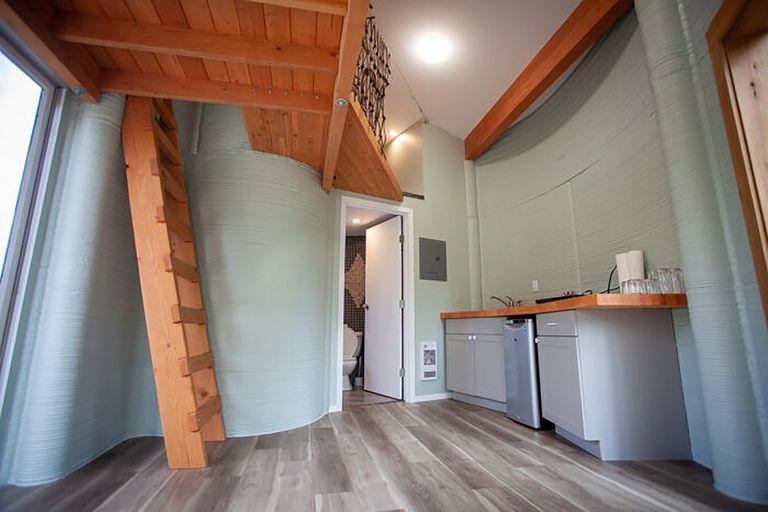 Tiene una cocina de planta abierta, una sala y un cuarto de ducha