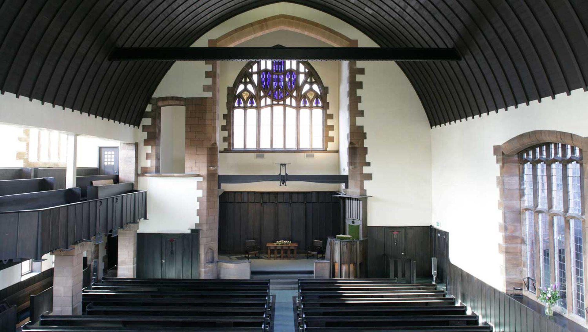 Interior de Queen Cross Church con el bellísimo vitral detrás del altar.