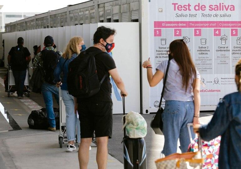 En el Aeropuerto de Ezeiza se realizan test de Covid-19 a los turistas y argentinos que vuelven al país