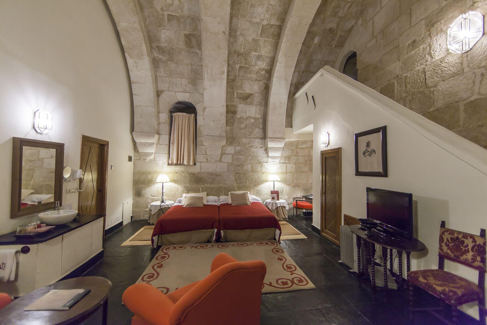 La antigua solidez de la construcción se hace presente en la suite, donde el descanso está asegurado.