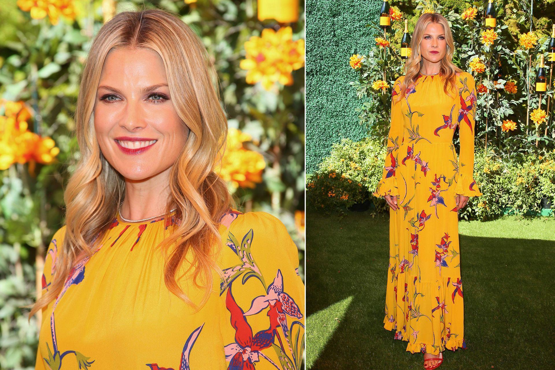 La actriz Ali Larter, con un llamativo vestido amarillo que hizo juego con las flores del lugar