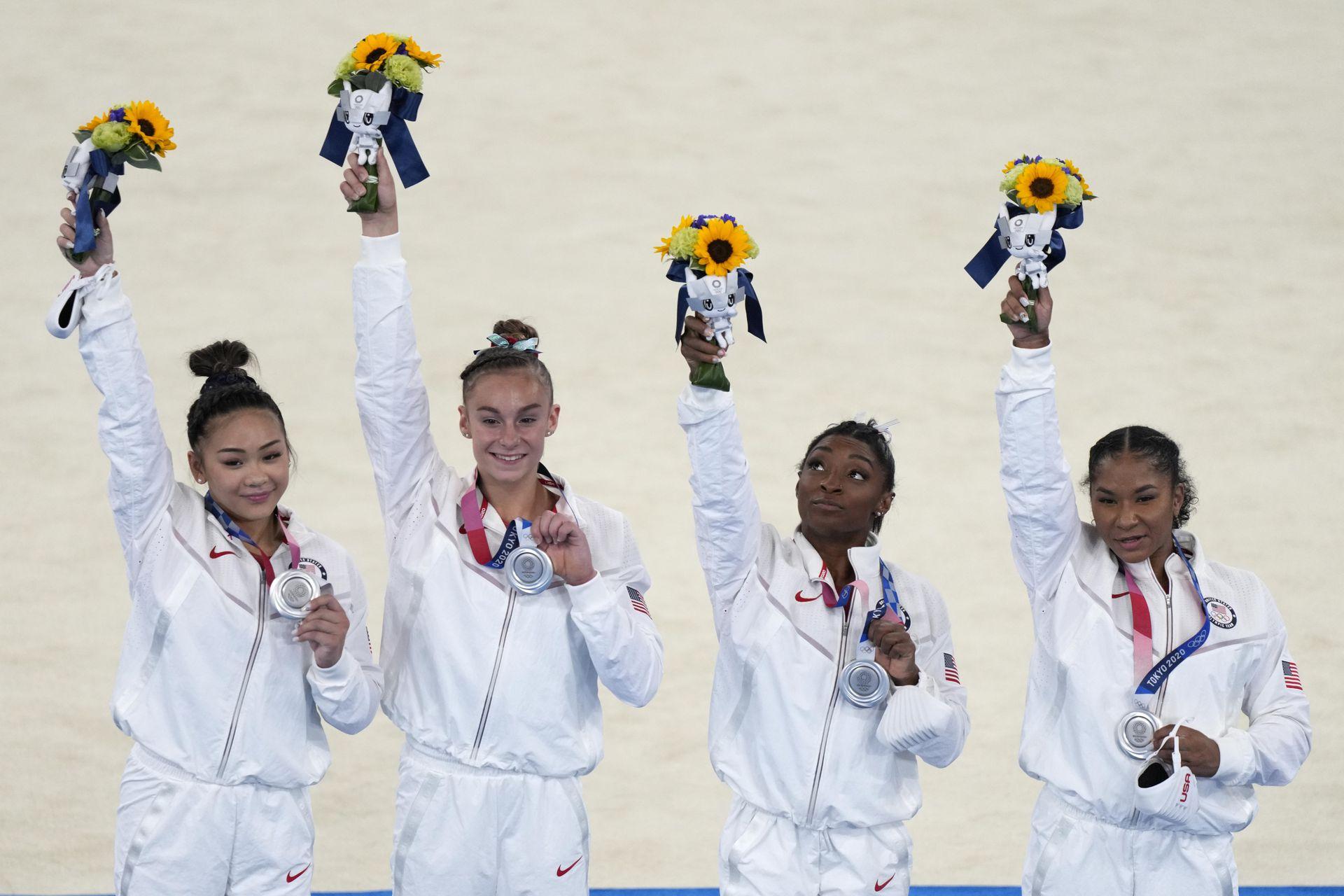 Los miembros del equipo femenino de gimnasia artística de Estados Unidos, de izquierda a derecha, Sunisa Lee, Grace McCallum, Simone Biles y Jordan Chiles celebran en el podio luego de ganar la medalla de plata en el equipo artístico femenino de los Juegos Olímpicos de Verano de 2020, el martes 27 de julio de 2021, en Tokio. (Foto AP / Natacha Pisarenko)