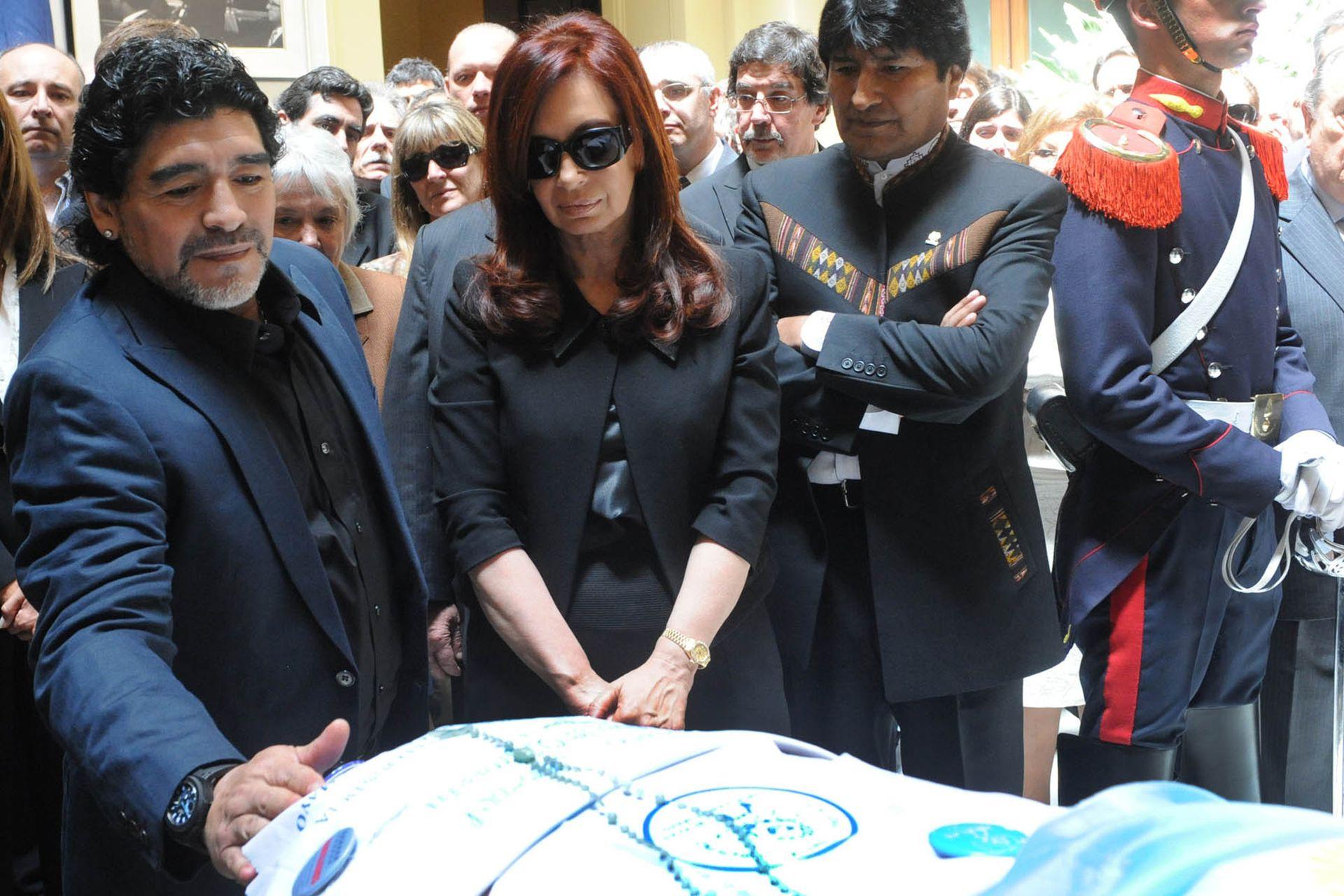 Diego Maradona y Evo Morales, junto a Cristina Kirchner, en la despedida de los restos del expresidente Néstor Kirchner