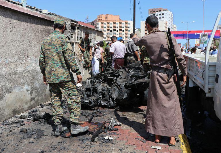 El lugar donde estalló la bomba en Adén, Yemen, el 10 de octubre del 2021.  (Foto AP/Wael Qubady)