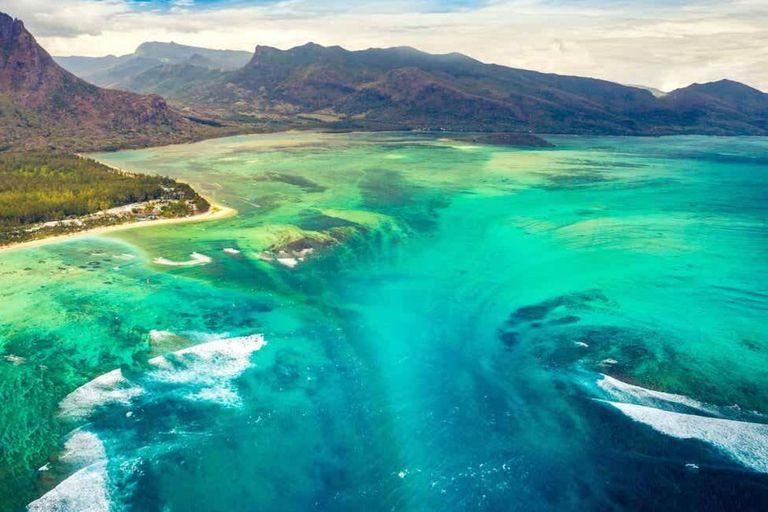 En uno de los lugares más idílicos del planeta existe un fenómeno natural que impresiona a los cientos de turistas que vistan la isla de Mauricio cada año: una cascada submarina