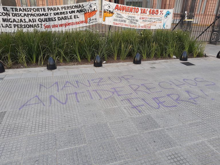 Pintadas contra Juan Manzur en Balcarce 50, en las puertas de la Casa Rosada