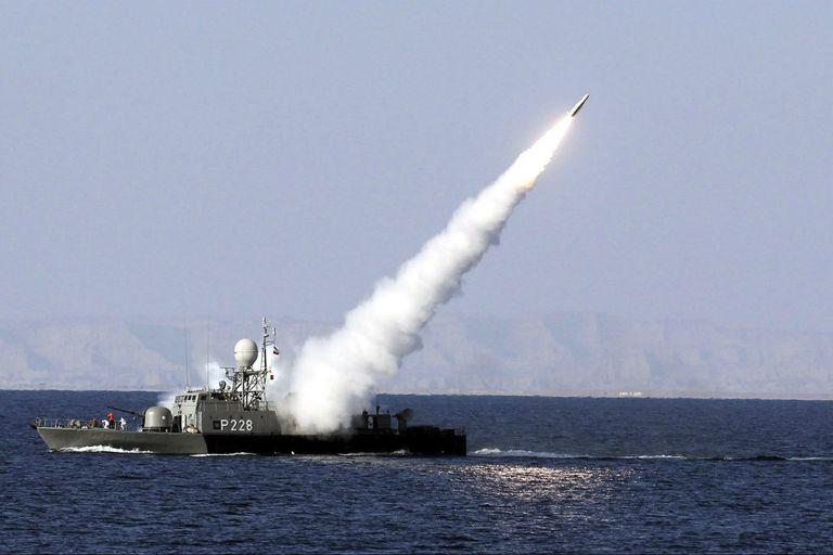 La marina iraní prueba un misil tierra-aire antiradar en el estrecho de Ormuz