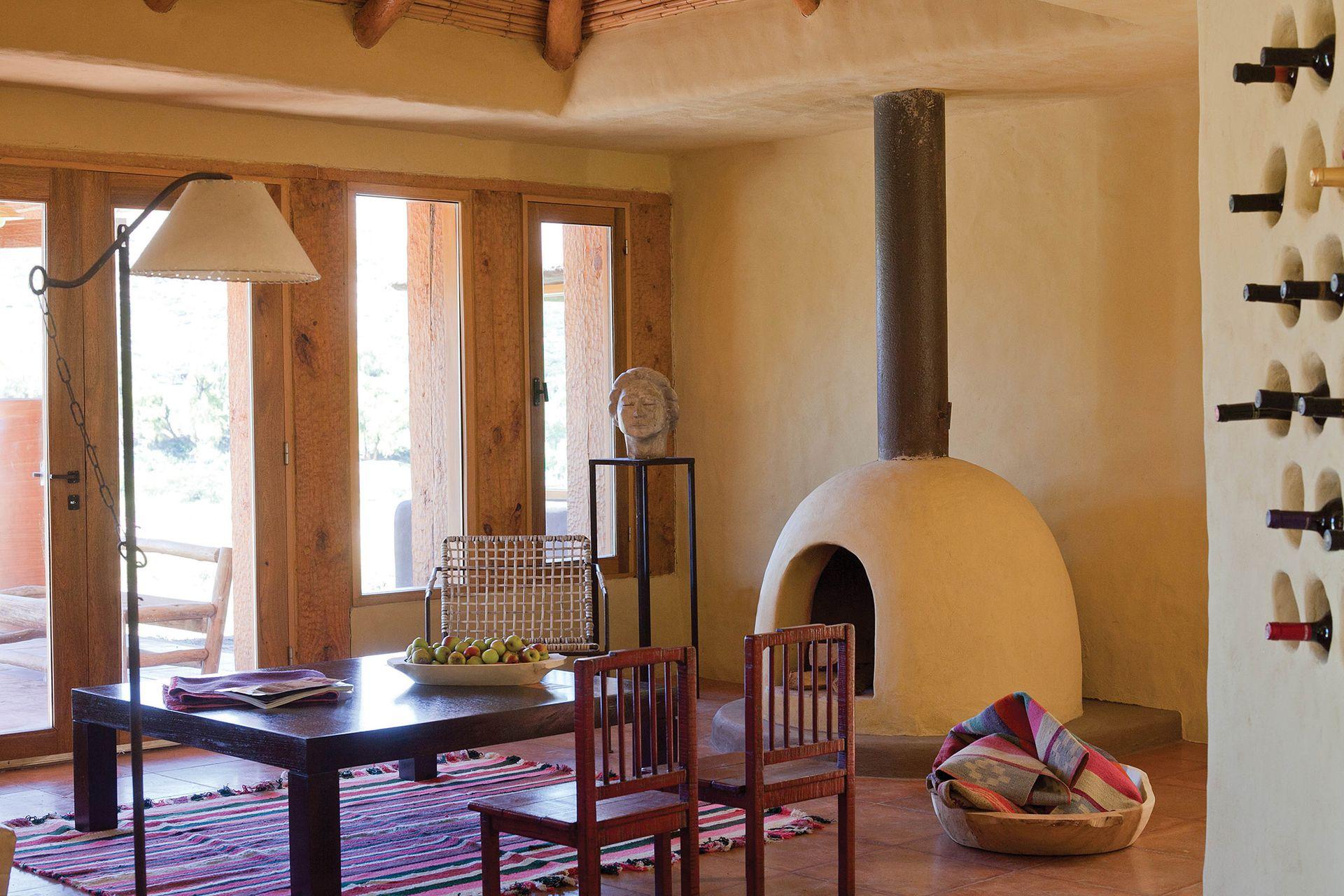 En el ambiente se destacan los nichos que sirven de vinoteca y el hogar, con forma de horno de barro.