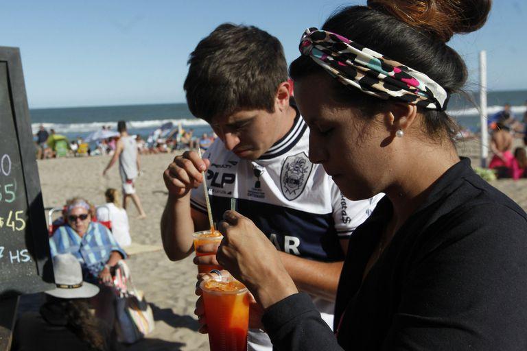 Una ordenanza los prohibió para esa playa y Cariló; Mar del Plata avanza en ese mismo sentido; los descartables son los nuevos enemigos de los ambientalistas