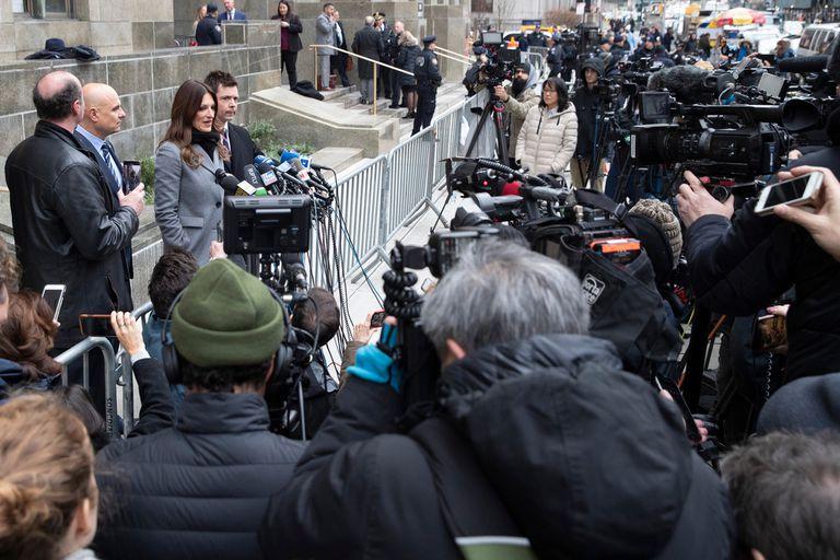 Su abogada Donna Rotunno ayer al hablar con la prensa. La letrada aseguró que piensa plantear una defensa agresiva