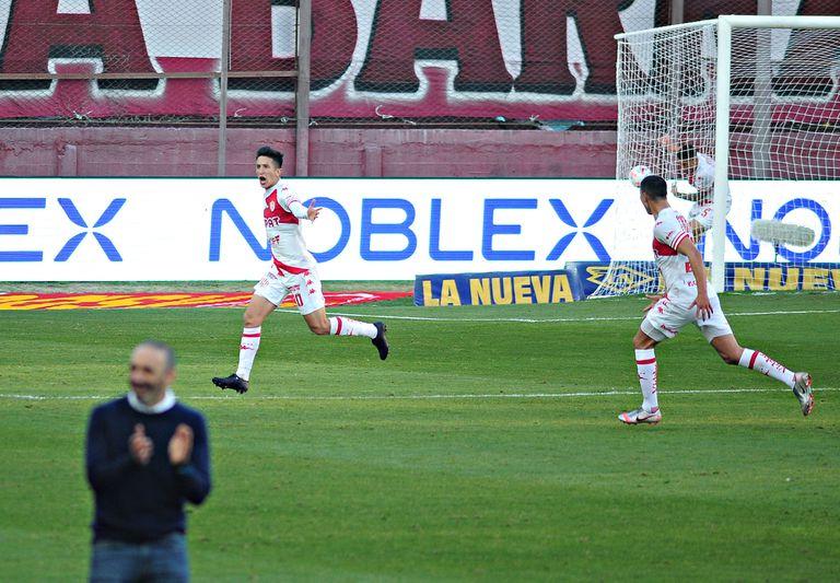 Ezequiel Cañete festeja su gol, que significó el empate de Unión ante Lanús; su entrenador, Juan Manuel Azconzábal, aplaude.