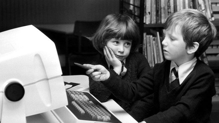 La Unión Soviética comenzó el desarrollo de una red para conectar sus computadoras, pero nunca logró ponerlo en práctica
