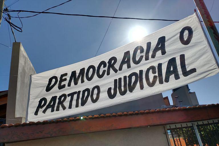 Carteles durante el acto de Alberto Fernández en el cual se lanzó un programa de viviendas