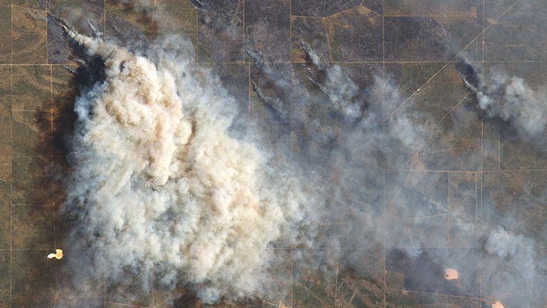 El Observatorio de la Tierra, de la NASA, tomó esta imagen de los incendios al sur del Río Colorado el 29 de diciembre