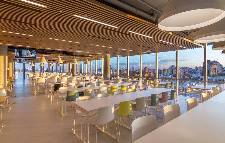 Moderno comedor que brinda servicio a los 2.500 empleados que trabajan en el edificio.