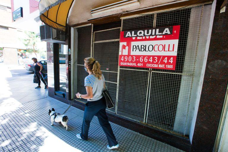 """Los carteles de """"se alquila"""" están cada vez más presentes en las fachadas"""