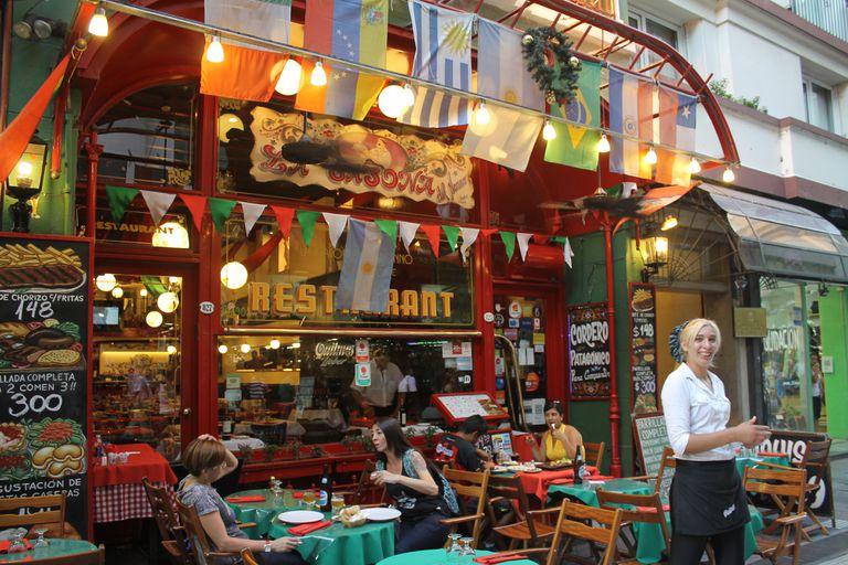 ¿Qué tal comer un bife de chorizo con papas fritas en la céntrica y peatonal Lavalle?