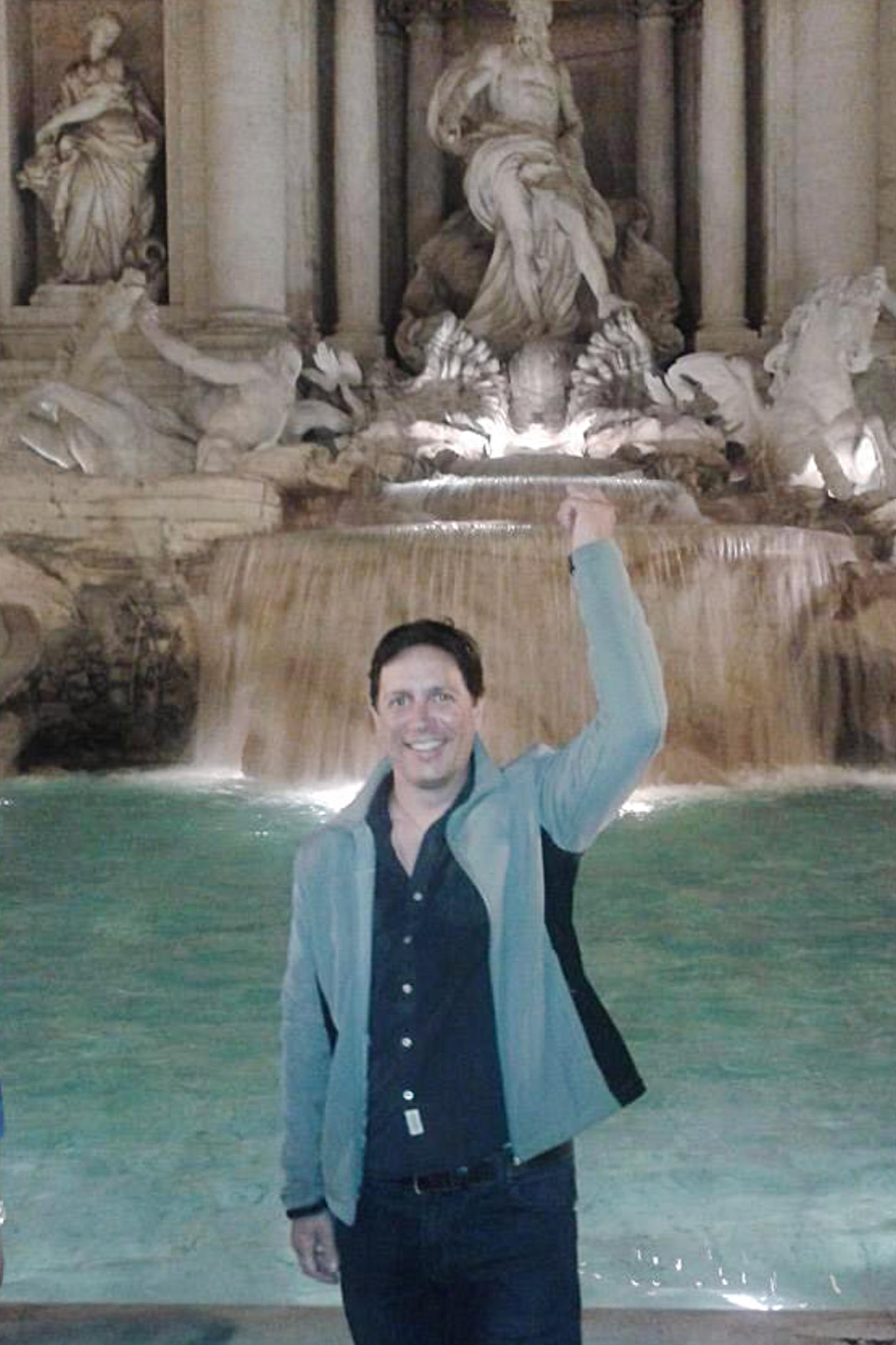 Pablo Quiven en la Fontana di Trevi, en Roma.