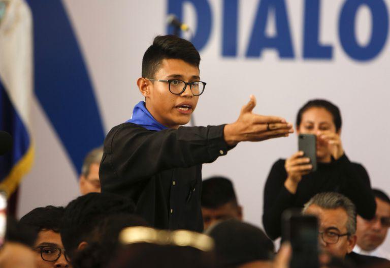 ARCHIVO - En esta fotografía de archivo del 16 de mayo de 2018, el representante estudiantil Lesther Alemán interrumpe al presidente de Nicaragua, Daniel Ortega, gritando que debe detener la represión durante la apertura de un diálogo nacional en las afueras de Managua, Nicaragua. (AP Foto/Alfredo Zuñiga, Archivo)