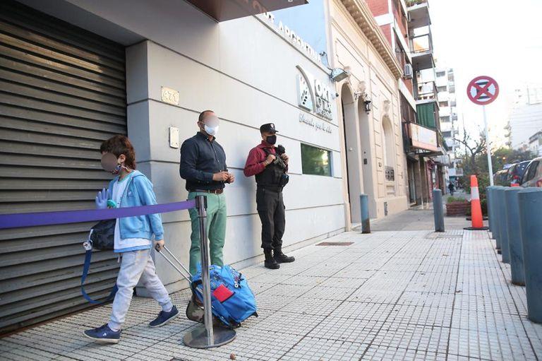 Las clases presenciales se retomaron hoy en el colegio ORT, sobre la calle Río de Janeiro