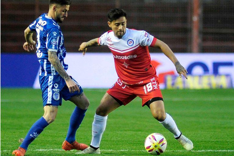 Pisculichi llevando el balón, en el empate de Argentinos ante Godoy Cruz