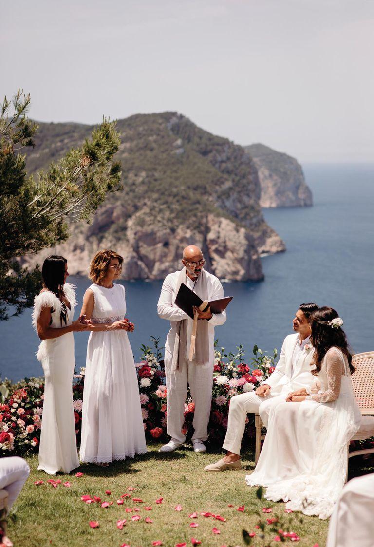 Un momento muy emotivo resultó cuando Carolina Baldini y Bianca María D'Errico entregaron los anillos a sus hijos. Gio, al igual que sus hermanos, usó alpargatas.