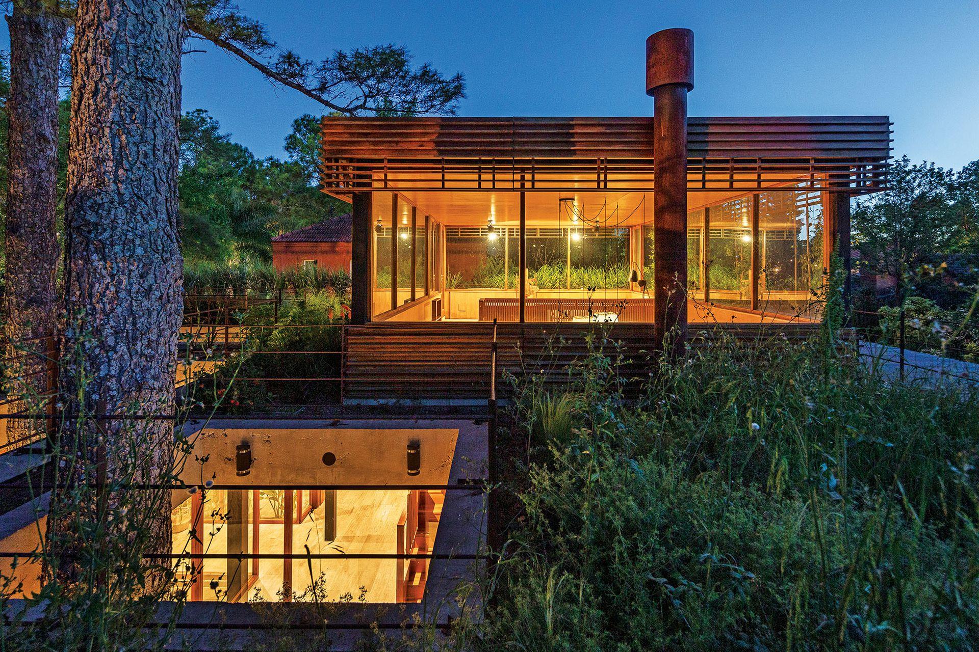 La arquitecta pensó el proyecto en dos bloques horizontales y alargados, que pudieran contrastar con el carácter vertical de las coníferas y, así, destacar su protagonismo.