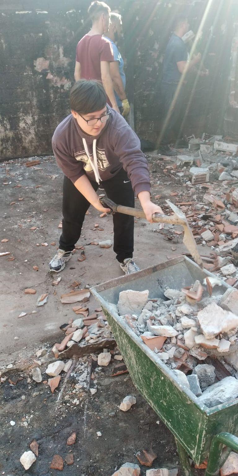 Valentín, el hijo de Gladys y Carlos, ayuda en Ensenada a una familia que sufrió el incendio de su casa