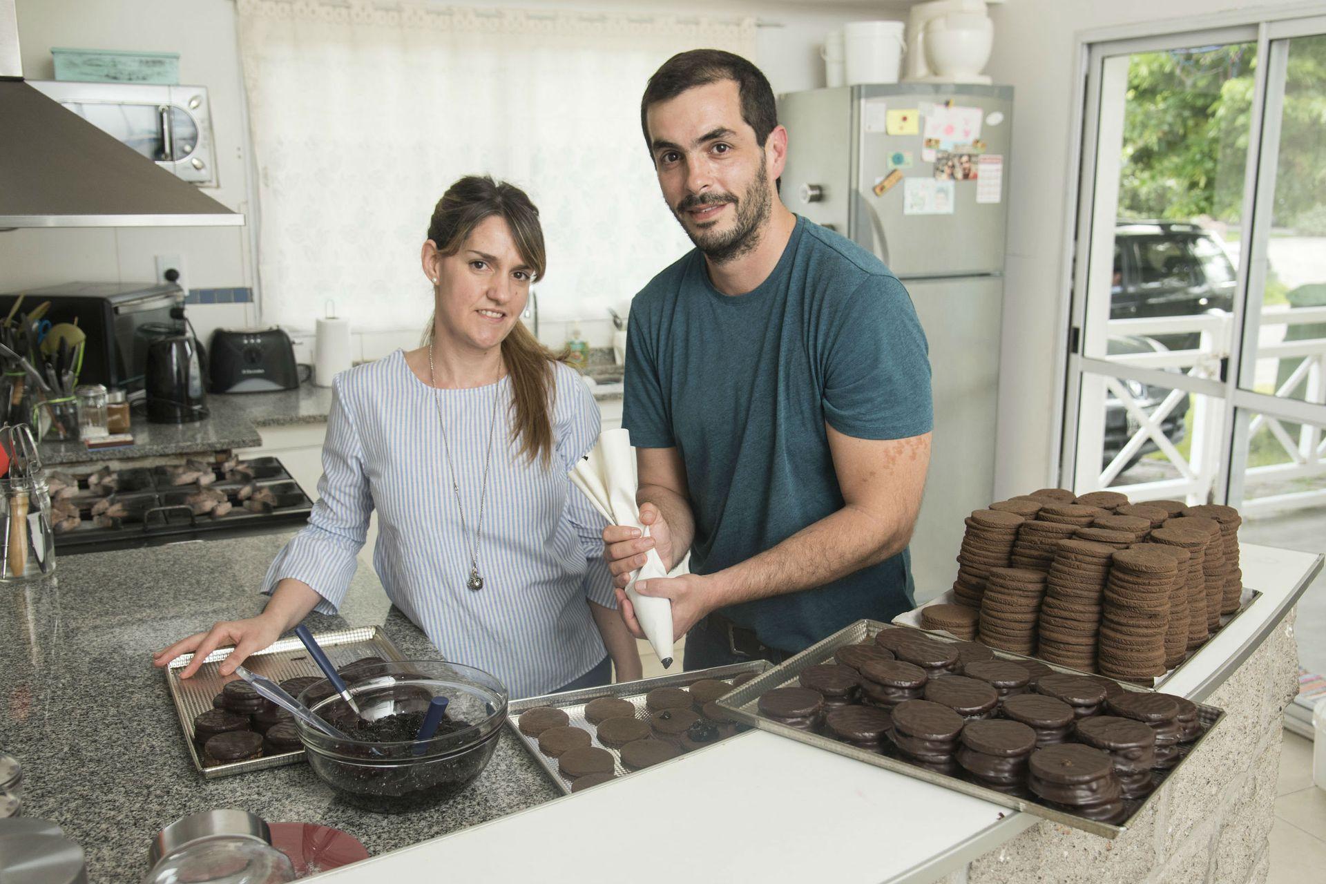 Nadia y Andrés elaboran los alfajores en su casa de Moreno