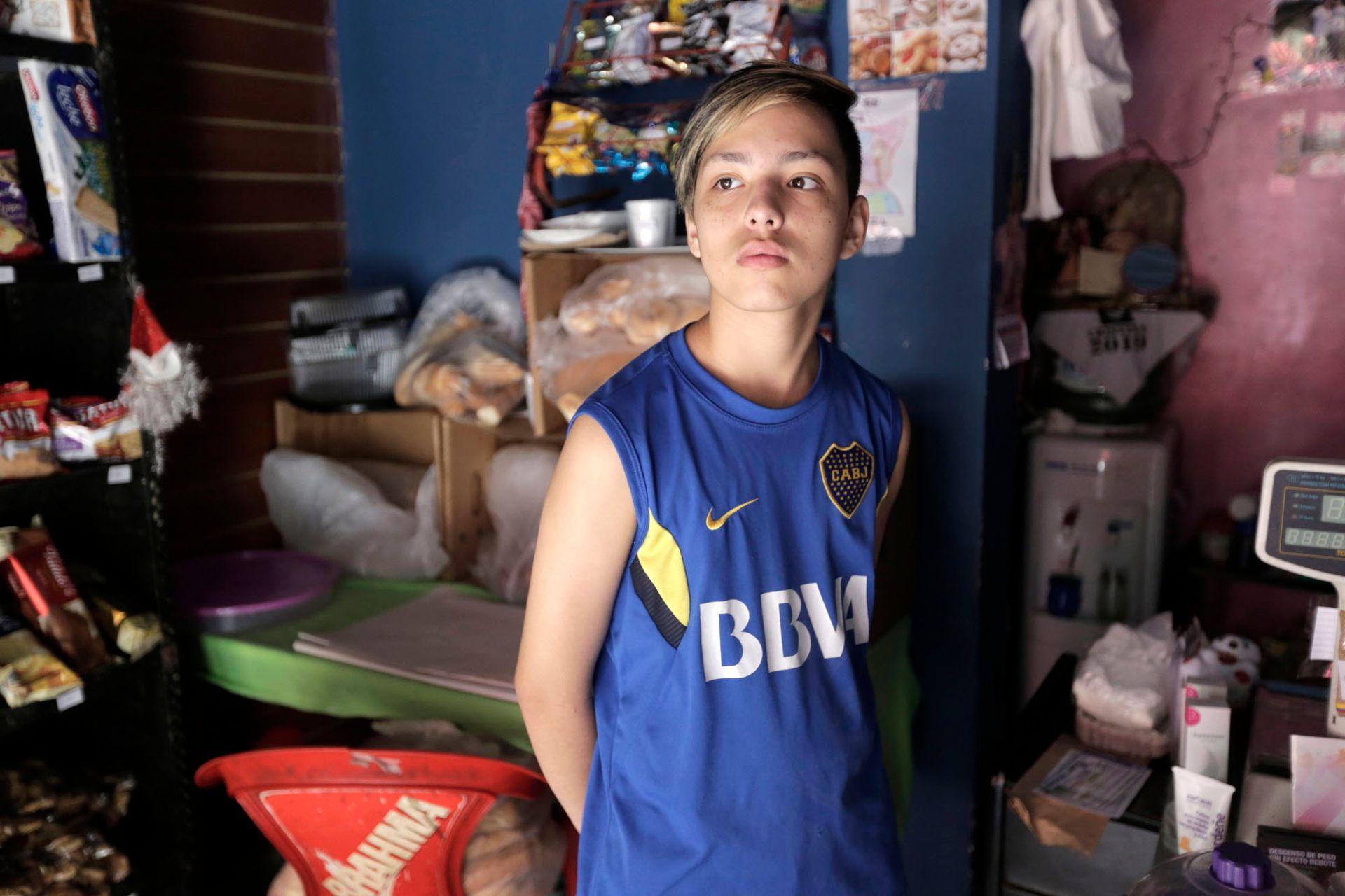 Mauro, en el local que su familia tiene en La Boca