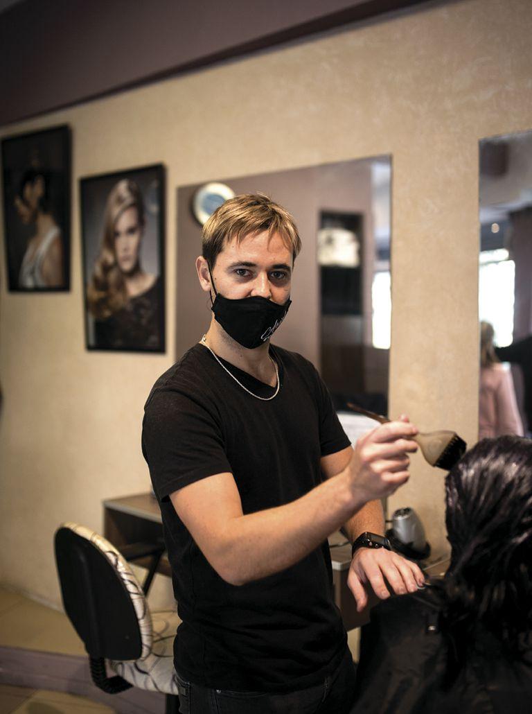 """Guillermo (33) Peluquería: Ariel Coiffeur. ¿Qué es lo que más extrañabas del local? """"El trato con la gente""""."""