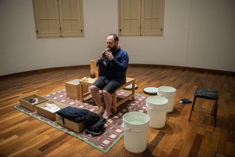 Carlos Herrera activa en el CCK su instalación Pan, agua, jabón, vos (2018)