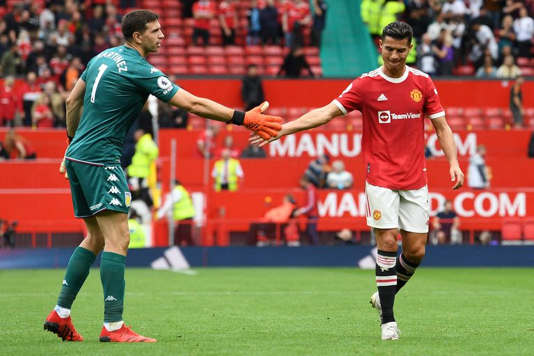 Emiliano Martínezs saluda a Cristiano Ronaldo luego del partido que disputaron el Manchester United y el Aston Villa