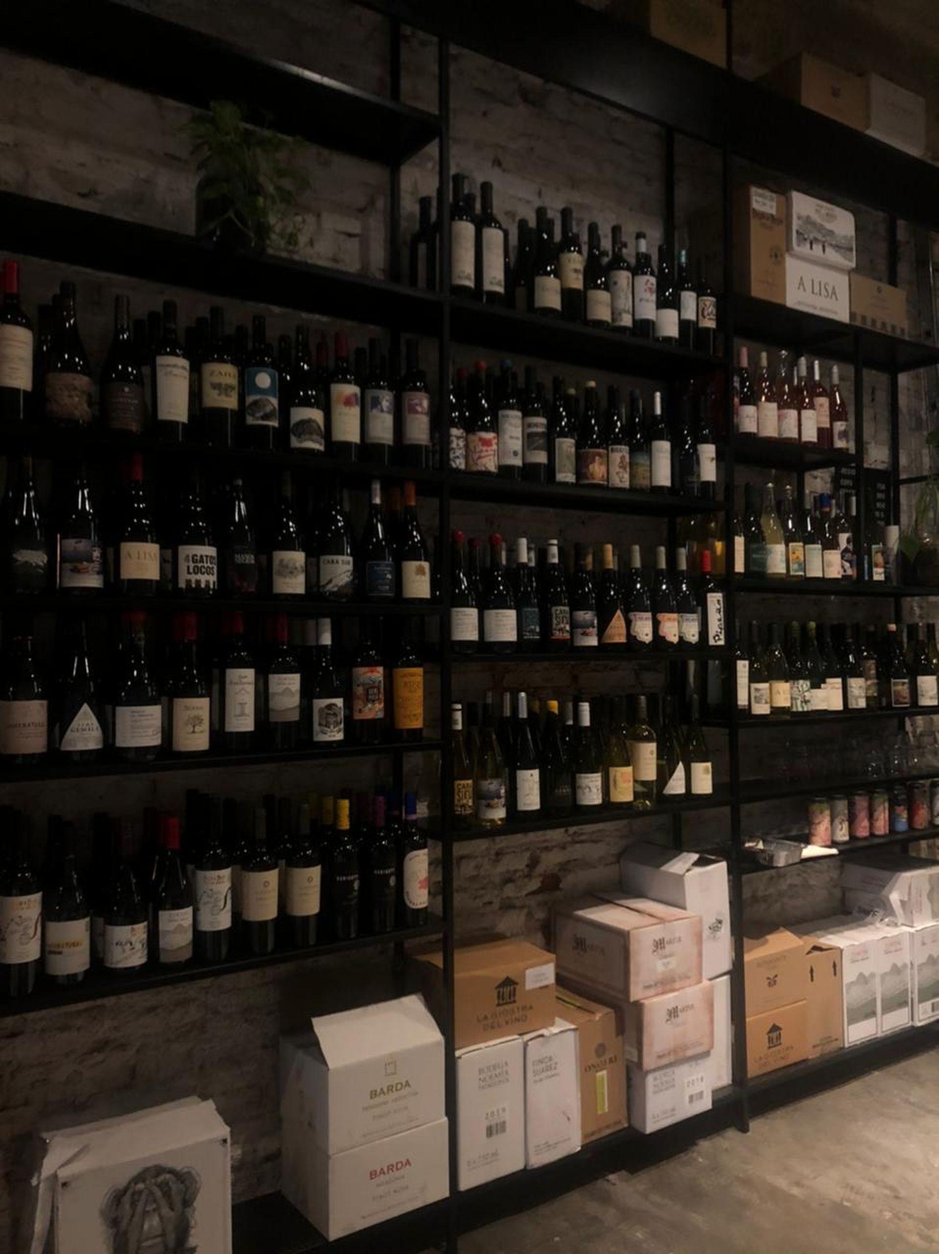 Uno de los fuertes de este local es que dentro funciona la vinoteca Club Vilardo, que abastece al restaurante con precios imbatibles.