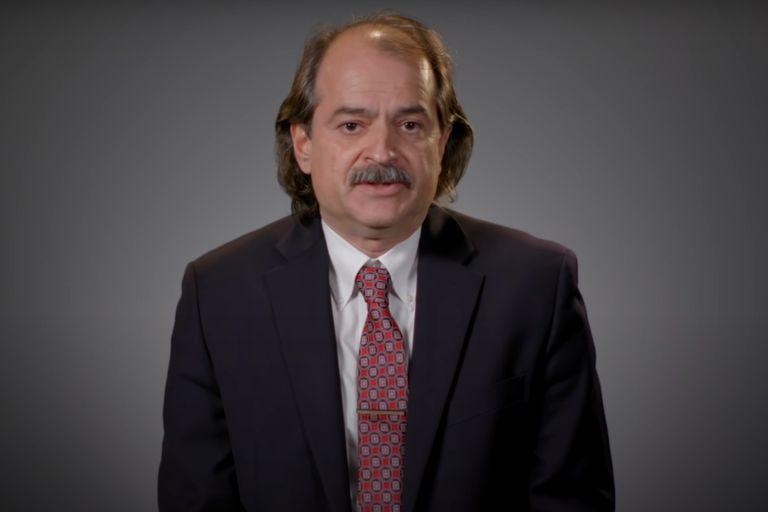 El epidemiólogo estadounidense John Ioannidis puso en duda los datos que se tienen sobre el coronavirus y cuestionó las medidas de cuarentena (YouTube)