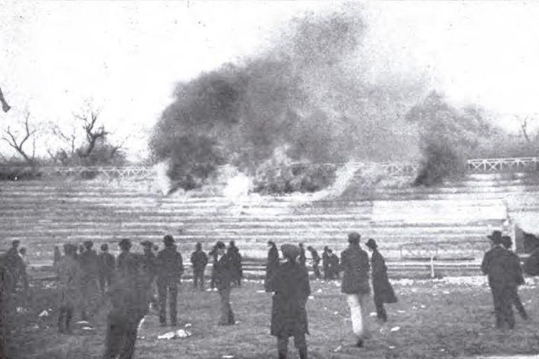 Las gradas de madera del viejo estadio de GEBA arden