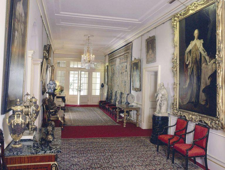 La disposición de las habitaciones y la agrupación de su contenido sigue siendo muy similar a la de la época de la reina Isabel La Reina Madre, con importantes obras de la colección de arte de Su Majestad en sus posiciones originales.