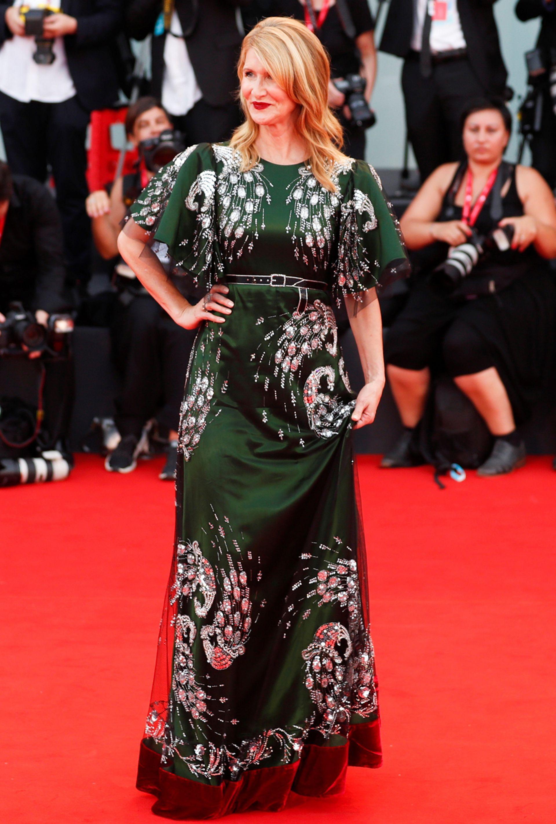 Para la red carpet, Dern llevó un diseño en verde con bordados, de la firma Gucci
