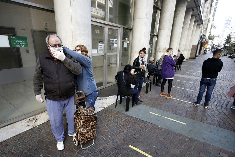 Los bancos de la ciudad abrieron sus puertas para seguir pagando a juvilados.Mar del Plata 4 de Abril 2020.Foto: Mauro V. Rizzi