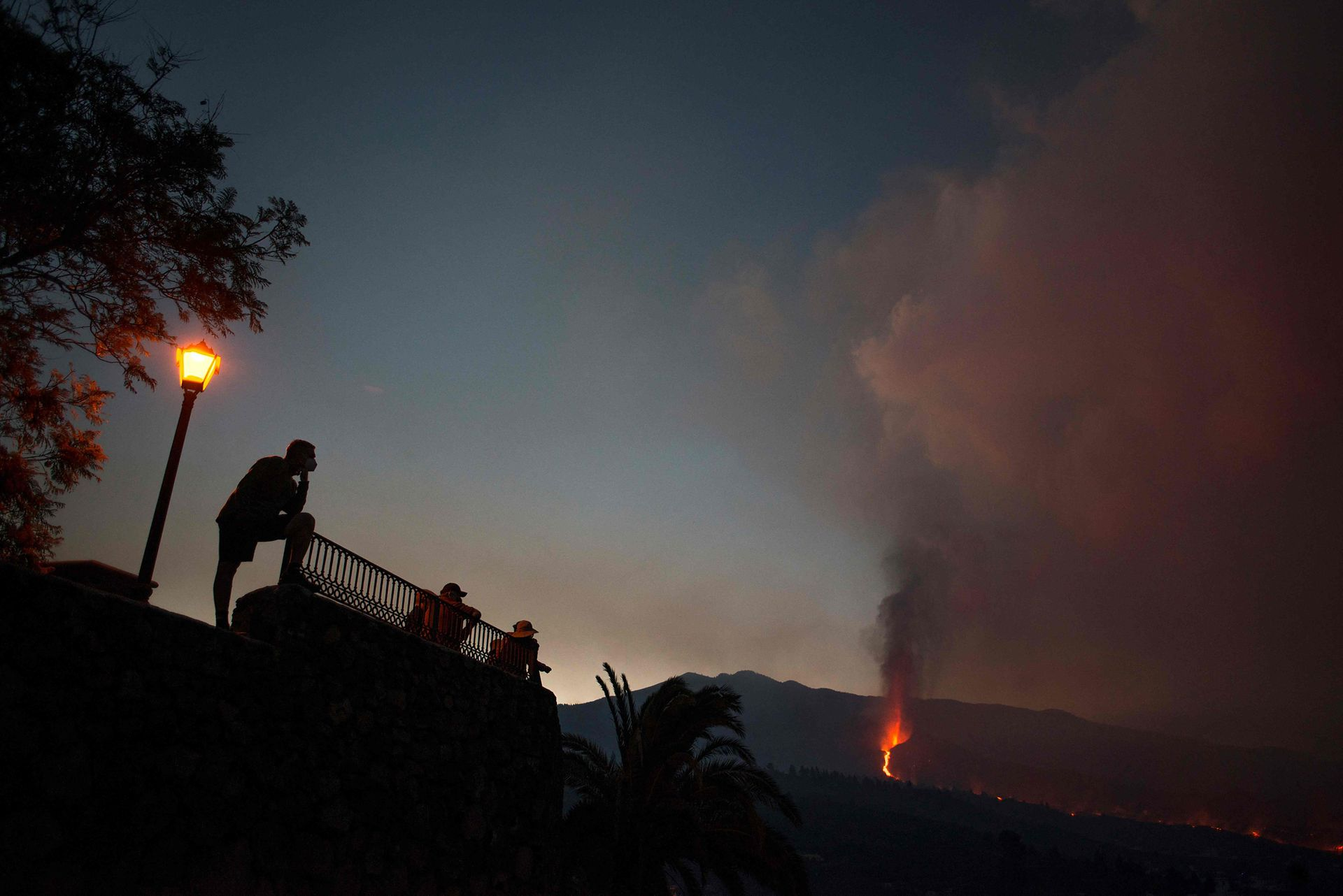 Varias personas se acercan a ver el espectáculo natural de la erupción