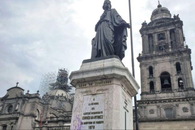 Una estatua junto a la catedral del Zócalo de Ciudad de México recuerda a Enrico Martínez; en su base, existen cuatro medidores que señalan los niveles de agua de otros tantos lagos