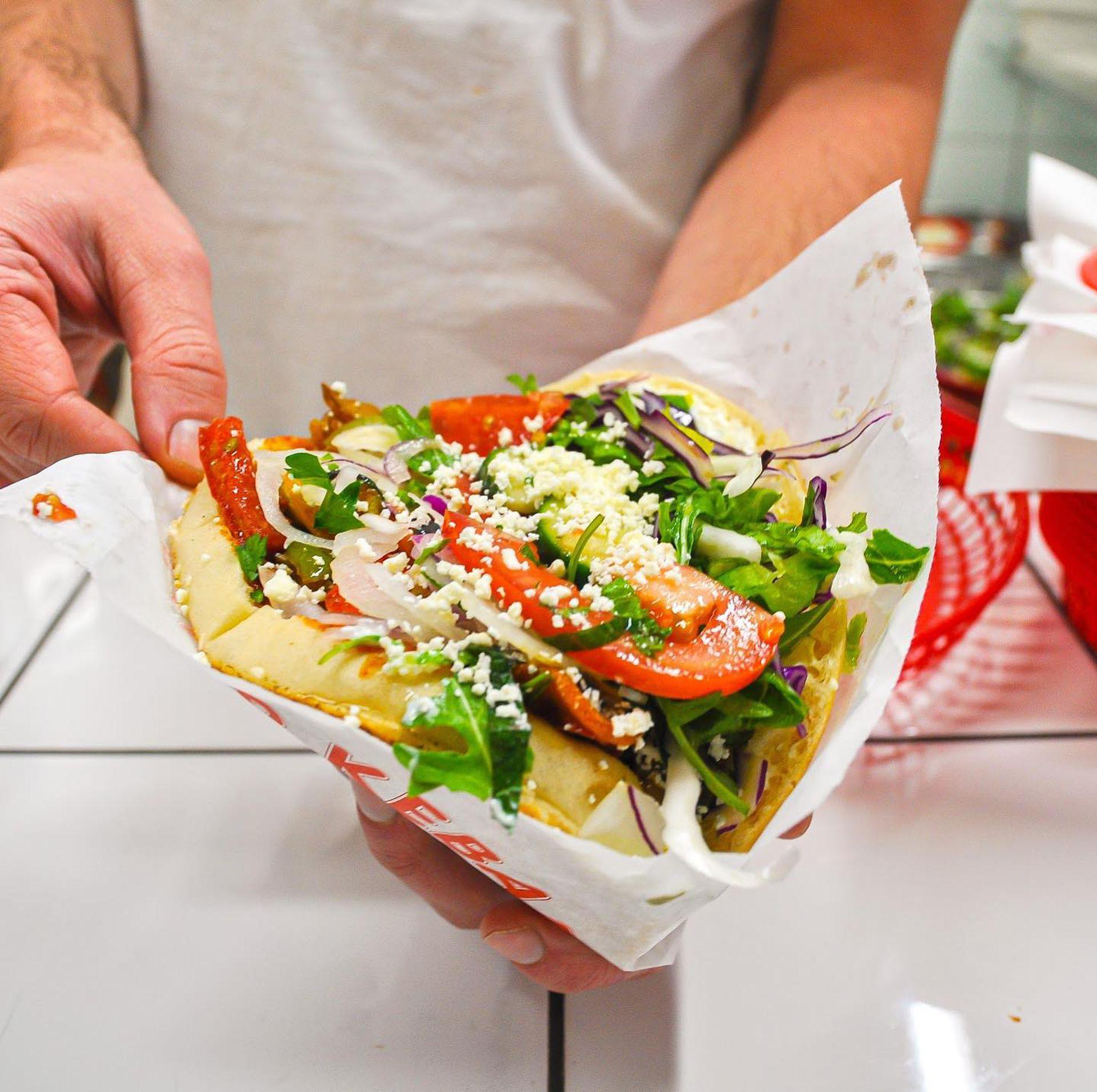 Uno de los kebabs de Sürpriz, una combinación de la receta berlinesa y árabe que tiene muchos adeptos en el distrito 11.