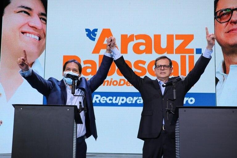 Arauz (izquierda), el candidato de Correa, en el cierre de campaña