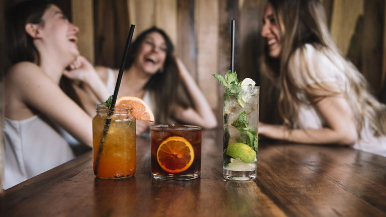 En terrazas y veredas, 10 propuestas para celebrar la amistad