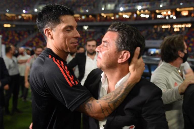 Un gesto cariñoso entre Enzo Pérez y Marcelo Gallardo; el entrenador de River es más que un director técnico.