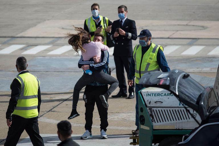 Tras ganar la Copa América, Messi aterrizó en Rosario y su abrazo con Roccuzzo emocionó a todos