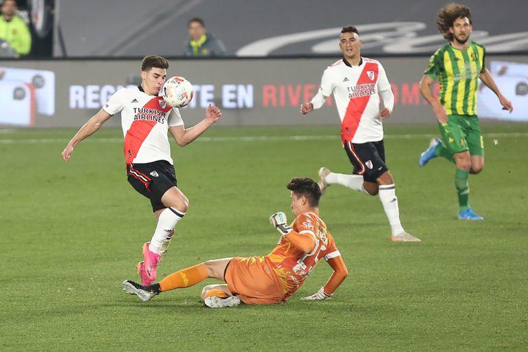 Julián Álvarez ante José Devecchi, una de las jugadas de River en la victoria frente a Aldosivi en el Monumental.